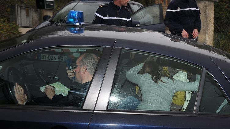 Violette Rodriguez cache sa fille Chloé, 15 ans disparue pendant une semaine et retrouvée en Allemagne, lors de son retourà Barjac (Gard), le 17 novembre 2012. (PASCAL GUYOT / AFP)