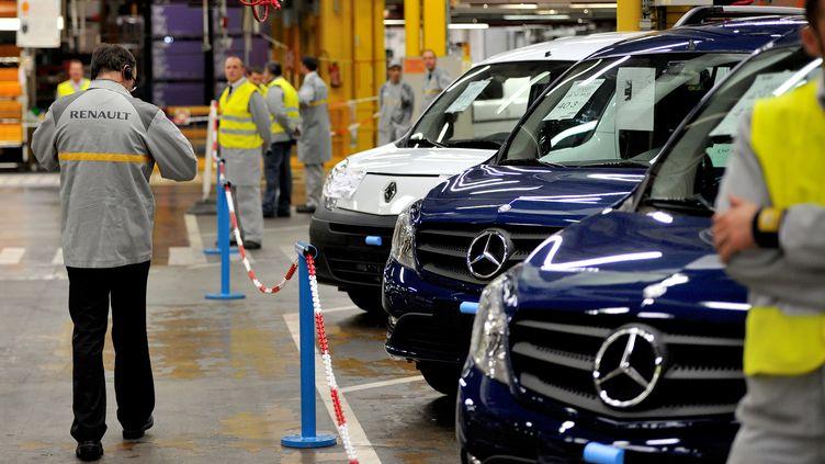Des employés de Renault travaillent sur le site d'assemblage de Maubeuge (Nord), le 8 octobre 2012. (PHILIPPE HUGUEN / AFP)