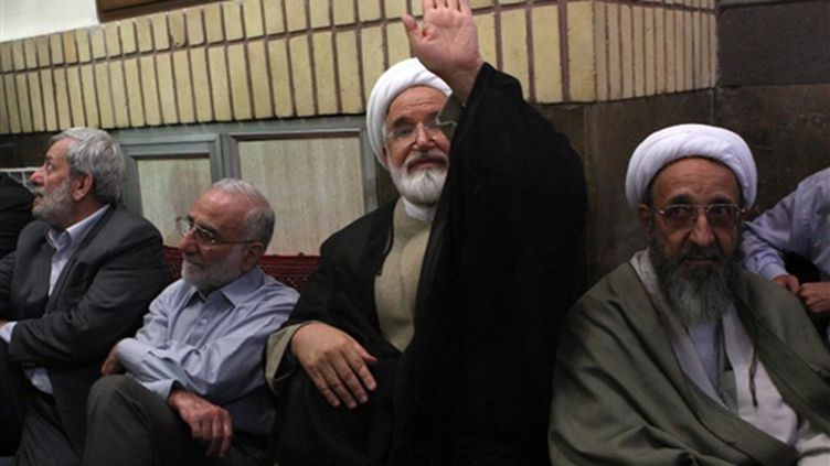 Mehdi Karroubi (au centre), l'un des trois candidats de l'opposition à la présidentielle (© AFP PHOTO/SAHAR JALILI)