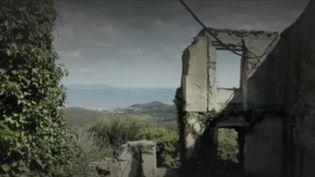 """En Corse, bâtisses et maisons en ruine cherchent désespérément des acquéreurs. Pour réhabiliter les demeures, les municipalités doivent toutefois s'assurer qu'elles n'appartiennent plus à personne. Focus sur les """"biens sans maître"""", une dénomination et une procédure encore souvent méconnues. (FRANCE 2)"""