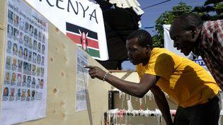 Un Kényan consulte une liste de victimes de l'attaque du Westgate, le 30 septembre 2013 à Nairobi (Kenya). (SIMON MAINA / AFP)
