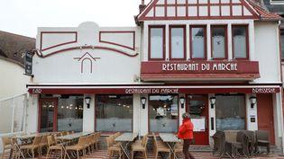 Un restaurant fermé au Touquet (Pas-de-Calais), le 15 mars 2020. (LUDOVIC MARIN / AFP)