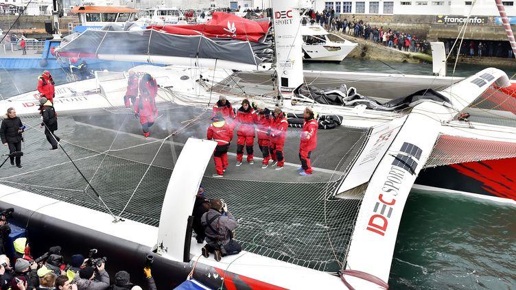 Francis Joyon et son équipage ont été accueilli à Brest le 26 janvier 2017 après avoir battu le record du Trophée Jules Verne. (LOIC VENANCE / AFP)
