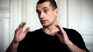 Pyotr Pavlensky au cabinet de son avocat à Paris, le 14 février 2020. (LIONEL BONAVENTURE / AFP)