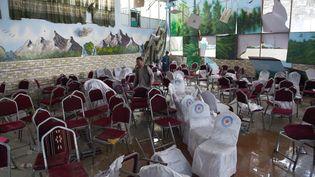 La salle de mariage a été ravagée par l'explosion d'un kamikaze à Kaboul, le 18 août 2019. (WAKIL KOHSAR / AFP)