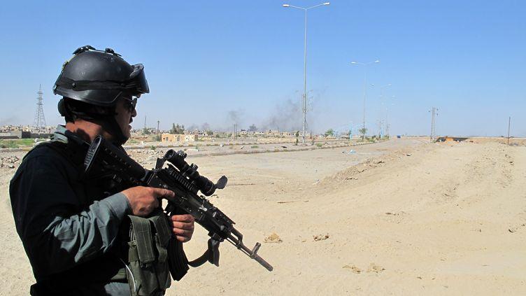 Un membre des forces irakiennes lors d'une opération militaire à Ramadi (Irak), à l'ouest de la capitale Bagdad, le 20 mai 2014. (AZHAR SHALLAL / AFP)