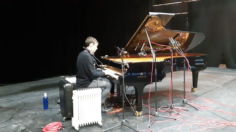 Le pianiste Francesco Tristano lors de l'enregistrement de son nouvel album cette semaine à Paris au Théâtre de la Scala, le 12 février 2021. (ANNE CHÉPEAU / RADIO FRANCE)
