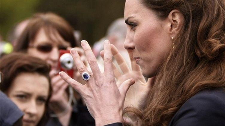 Kate Middleton avec des sympathisants lors d'une visite avec William à Witton County Park, à Darwen, le 11 avril 2011 (AFP PHOTO / ALASTAIR GRANT / WPA POOL)
