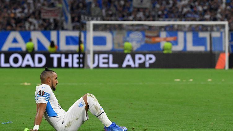 Dimitri Payet assis sur la pelouse du stade Vélodrome après le match entre l'OM et Galatasaray, le 30 septembre 2021. (NICOLAS TUCAT / AFP)