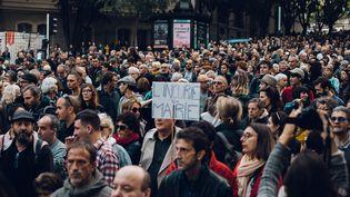 Des manifestants défilent à Marseille, le 10 novembre 2018, après l'effondrement meurtrier de plusieurs immeubles dans le quartier Noailles. (THEO GIACOMETTI / HANS LUCAS / AFP)