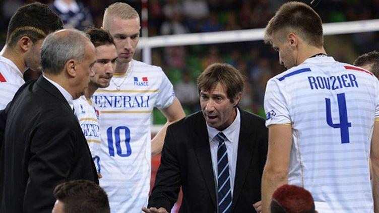 Laurent Tillie lors d'un temps-mort avec ses joueurs de l'équipe de France
