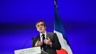 Le candidat à la présidentielle François Fillon lors d'un meeting à Courbevoie (Hauts-de-Seine), le 21 mars 2017. (CHRISTOPHE ARCHAMBAULT / AFP)