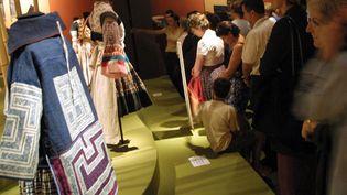 """Exposition sur """"L'Art des couleurs chez les paysans du Sud-Ouest de la Chine"""" au Musée des tissus de Lyon en 2002  (Danny Lee/AFP)"""