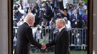 Le président russe Vladimir Poutine et le président américain Joe Biden échangeant une poignée de main à Génève, première réunion de ce type depuis 2018. (EYEPRESS NEWS)