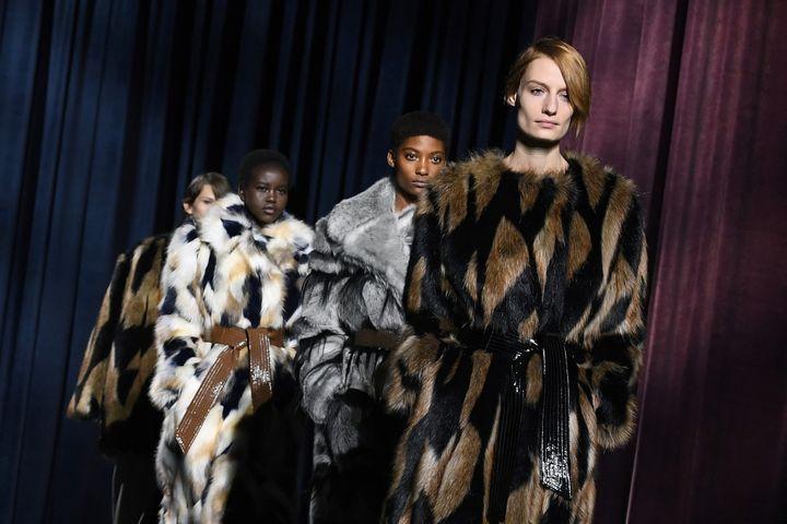 Manteaux en fausse fourrure Givenchy, mars 2018  (ALAIN JOCARD / AFP)