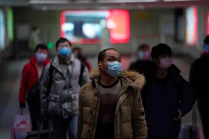 Des passants portant des masques de protection dans une station de métro à Shanghaï (Chine), le 13 février 2020. (ALY SONG / REUTERS)