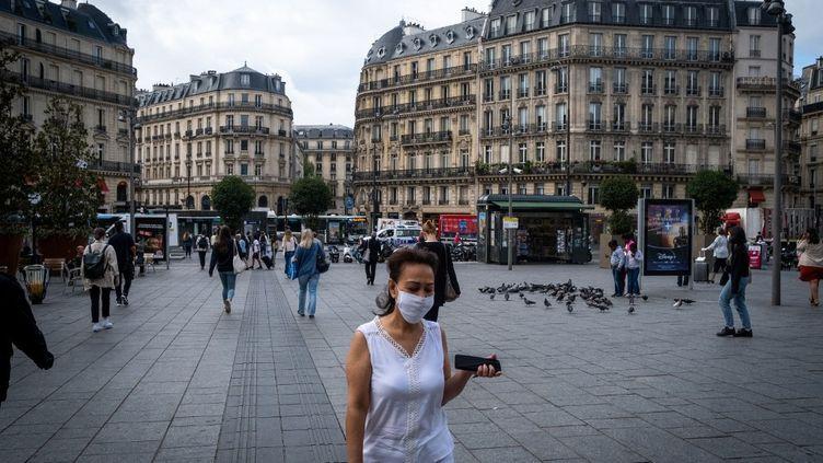 Des passants masqués dans une rue de Paris, le 17 août 2020. (MARTIN BERTRAND / HANS LUCAS / AFP)