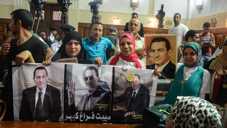 Des partisans d'Hosni Moubarak, le 7 mai 2015 à la Cour de cassation. (MOHAMED ELRAAI / ANADOLU AGENCY / AFP)
