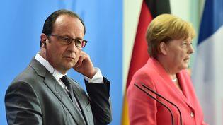 Angela Merkel et François Hollande face à la presse, à Berlin, le 24 août 2015. (JOHN MACDOUGALL / AFP)