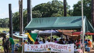Des manifestants protestent près de l'aéroport de Cayenne, le 29 mars 2017, en Guyane. (JODY AMIET / AFP)