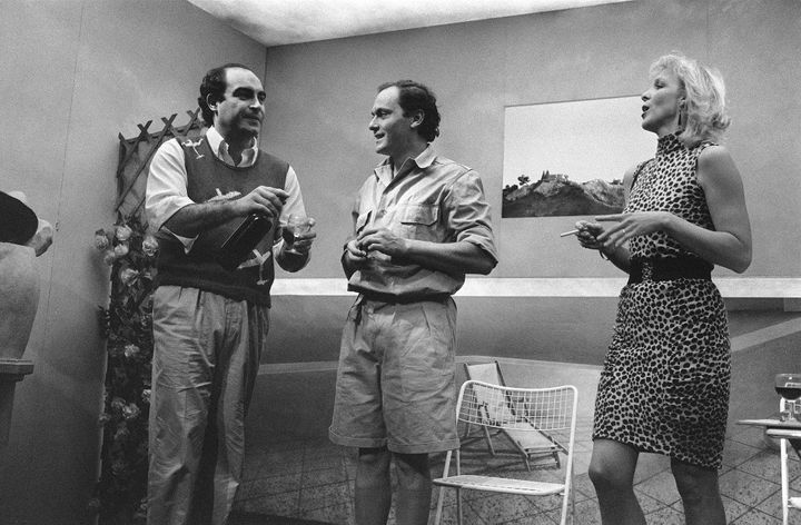 """Philippe Khorsand (G) et Jean-Pierre Bacri (C) et Tonie Marshall jouant une scène de la pièce """"Batailles"""" mise en scène par Topor et Jean-Michel Ribes (1983) (JEAN-LOUP GAUTREAU / ARCHIVES)"""