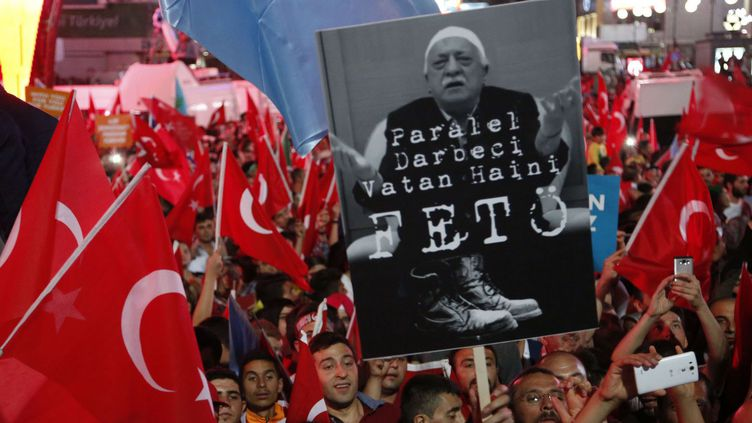 Des manifestants pro-Erdogan brandissent une pancarte contre Fetullah Gülen où est écrit: «Feto, le traitre à l'origine du coup d'Etat» (Feto est un surnom péjoratif de l'imam). Le président turc Recep Tayyip Erdogan l'accuse d'être le penseur du putsch manqué du 15 juillet 2016 et a demandé son extradition des Etats-Unis. (Hussein Malla / AP / SIPA)