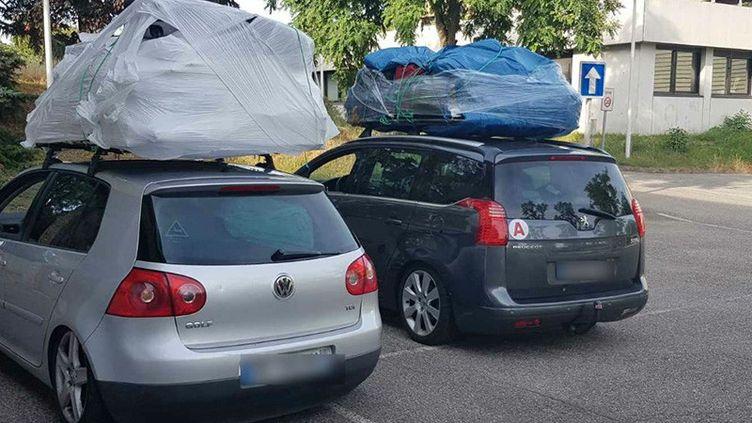 Les deux voitures surchargées, arrêtées mercredi dans la Drôme. (RADIO FRANCE / GENDARMERIE DRÖME)