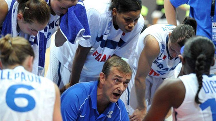Pierre Vincent devant ses joueuses (JOE KLAMAR / AFP)