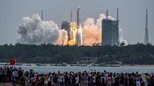 Le lancement de la fusée Longue Marche (29 avril 2021). (STR / AFP)