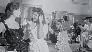 Chanel par Willy Rizzo : Marie-Hélène Arnaud et Vera Valdez avec Mademoiselle Chanel et sa directrice Mademoiselle Lucia, rue Cambon, Paris 1954  (Willy Rizzo)