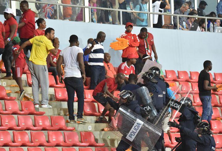 Des policiers évacuent une tribune,le 5 février 2015 lors de la demi-finale entre le Ghana et la Guinée Equatoriale à Malabo (Guinée équatoriale). (ISSOUF SANOGO / AFP)