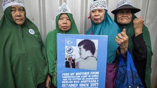 """""""Libérez mon frère"""", clame cette pancarte. Fin 2019, des milliers de musulmans ont manifesté devant l'ambassade chinoise en Indonésie, à Jakarta pour demander la libération de Ouïghours. (DONAL HUSNI / NURPHOTO / AFP)"""