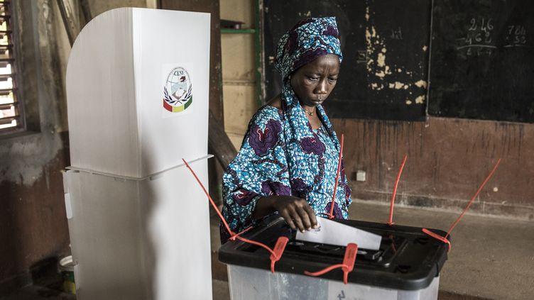 Une femme vote pour l'élection présidentielle à Conakry en Guinée, le 18 octobre 2020. (JOHN WESSELS / AFP)