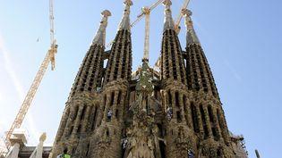 Des militants de Greenpeace accrochent des banderoles sur la Sagrada Familia à Barcelone (Espagne), le 8 novembre 2013. (JOSEP LAGO / AFP)