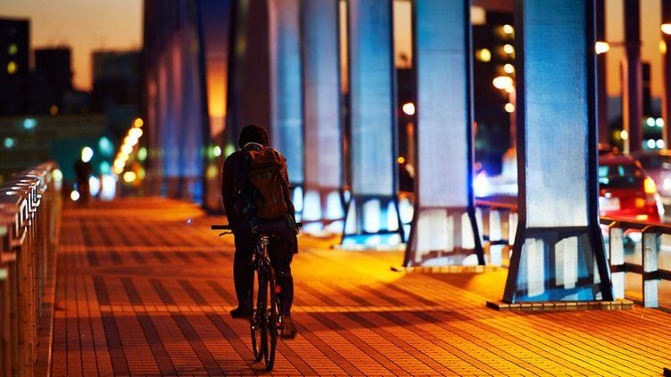 Près de six cyclistes sur dix (57%) roulent mal éclairés la nuit en ville,selon une étude de l'association Prévention routière. (ITARU SUGITA / EYEEM / GETTY IMAGES)