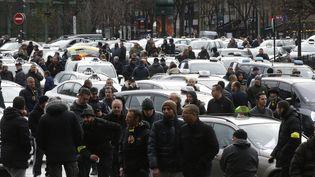 Des chauffeurs de taxi en colère bloquent la circulation à Paris, le 27janvier 2016. (JACKY NAEGELEN / REUTERS)
