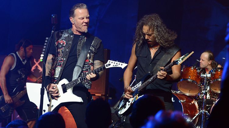 Metallica (James Hetfield et Kirk Hammett au premier plan) jouent un concert privé à l'Apollo de New York le 21 septembre 2013.  (Theo Wargo/Getty Images for SiriusXM/AFP)