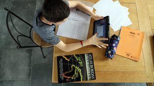 Un élève étudie depuis son domicile après la fermeture des établissements scolaires en raison de l'épidémie de Covid-19, le 16 mars 2020 à Arras (Pas-de-Calais). (MAXPPP)