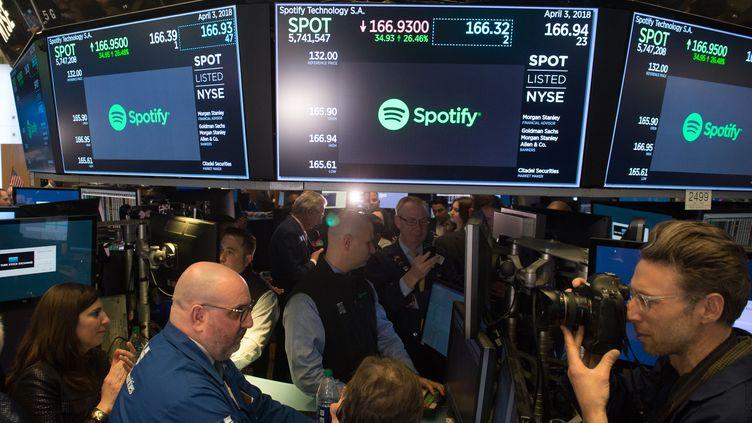 Des traders lors de l'introduction en bourse de Spotify, à New York, le 3 avril 2018. (BRYAN R. SMITH / AFP)
