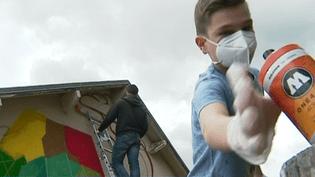 Le garff oui, mais pas n'importe comment ! A Maurica, les ados sont encadrés par Vincent Pietri (au sommet de l'escabeau), un prof de street art et fondateur du festival 10e art.  (France 3 Culturebox)