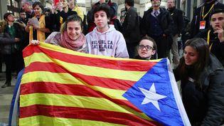 Des militants indépendantistes célèbrent le résultat des élections en Catalogne, le 21 décembre 2017 à Barcelone. (TETSU JOKO / YOMIURI / AFP)