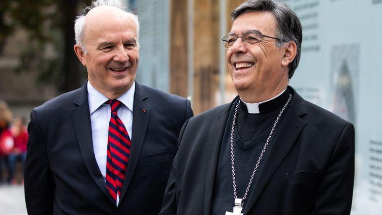 Le général Jean-Louis Georgelin, chef des opérations de la reconstruction de Notre-Dame (à gauche) et l'archevêque de Paris Mgr Michel Aupetit (à droite) inaugurent une exposition de dessins d'enfants devant la cathédrale (16 juin 2020) (ALEXIS SCIARD  / MAXPPP)