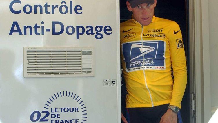 Lance Armstrong quitte un véhicule du contrôle antidopage sur le Tour de France le 23 juillet 2002 aux Deux-Alpes (Isère). (GERO BRELOER / MAXPPP)