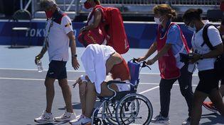 Victime d'un malaise lors de son quart de finale du tournoi olympique face à Marketa Vondrousova, Paula Badosa est sortie du court en fauteuil roulant le 28 juillet 2021. (SETH WENIG/ SIPA)