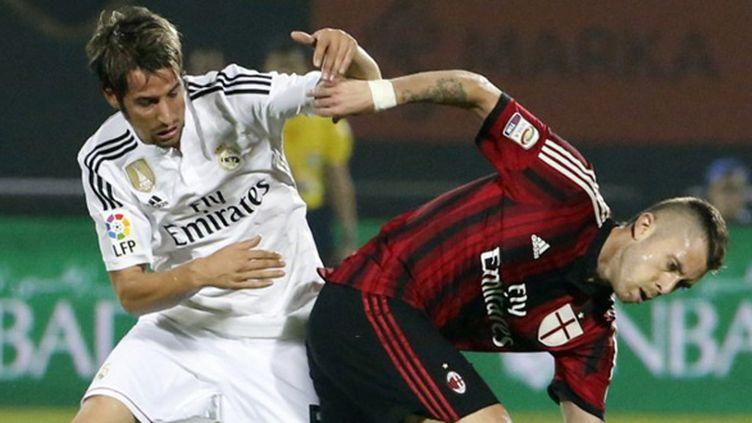 Jérémy Ménez (AC Milan) à la lutte face à Fabio Coentrao (Real Madrid) (KARIM SAHIB / AFP)