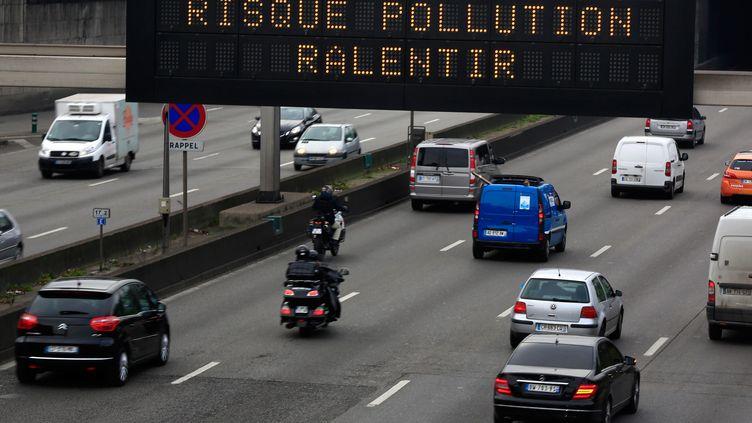 Un panneau avertit les usagers du périphérique parisien d'un risque de pollution aux particules fines, le 13 février 2015. (MAXPPP)