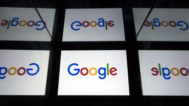 Le logo de Google sur des tablettes, à Paris, le 18 février 2019. (LIONEL BONAVENTURE / AFP)