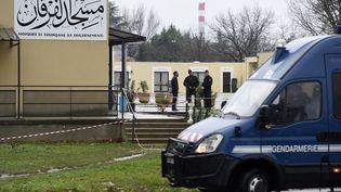 Des gendarmes devant la mosquée de Valence (Drôme), le 2 janvier 2015, au lendemain de l'attaque de militaires par un forcené au volant de sa voiture. (PHILIPPE DESMAZES / AFP)