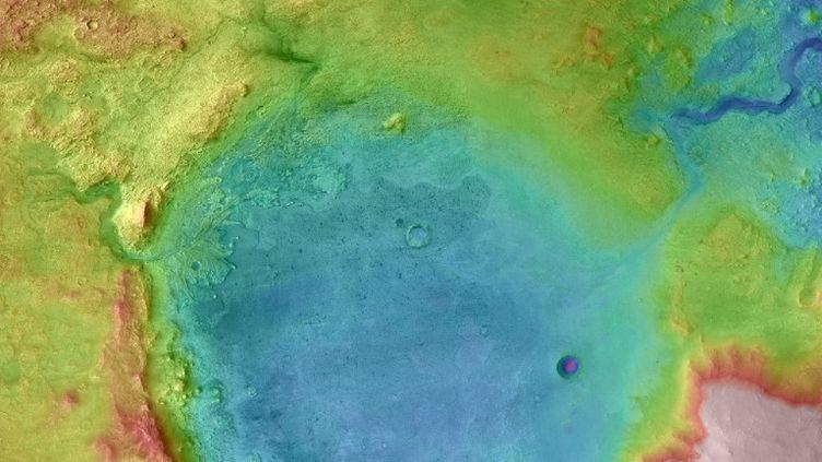 Le cratère, d'une surface d'environ 35 km de diamètre, a bien abrité un lac fermé, anciennement alimenté par une rivière via un delta, il y a entre 3,6 et 3 milliards d'années.  (Nasa)