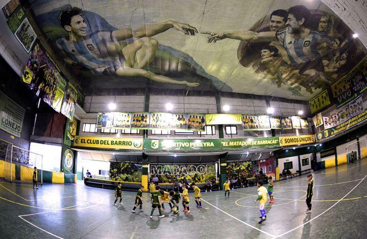 La fresque de Santiago Barbeito, en hommage à Maradona et Messi sur le plafond du club de football de Barracas, à Buenos Aires. (JUAN MABROMATA / AFP)